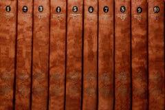 Bunten av gammal brunt bokar närbild Bokbakgrundsställe för text böcker isolerad seriebunt Royaltyfri Foto