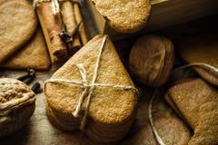 Bunten av kakor för julpepparkakapeppar som binds med, tvinnar Kanelbruna pinnar, kryddnejlikor, spridde valnötter Hemtrevlig fes Arkivbild