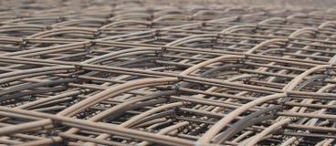 Bunten av metallförstärkningstängerna kopplar ihop för konstruktion Arkivfoto