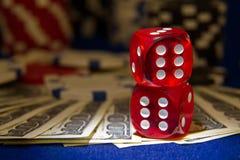 Bunten av pokerchiper med tärning rullar på räkningar för en dollar, Royaltyfri Fotografi