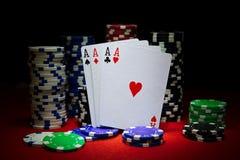 Bunten av pokerchiper med tärning rullar på räkningar för en dollar, Arkivfoton