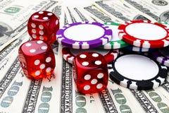 Bunten av pokerchiper med tärning rullar på räkningar för en dollar, pengar Pokertabell på kasinot Begrepp för pokerlek modigt le Arkivfoto