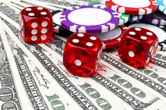 Bunten av pokerchiper med tärning rullar på räkningar för en dollar, pengar Pokertabell på kasinot Begrepp för pokerlek modigt le Fotografering för Bildbyråer