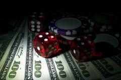 Bunten av pokerchiper med tärning rullar på räkningar för en dollar, pengar Pokertabell på kasinot Begrepp för pokerlek modigt le Royaltyfria Bilder