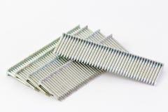 Bunten av spikar använt i en nailgun (nailgunkulan) fotografering för bildbyråer