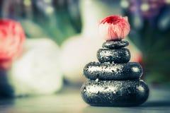 Bunten av varma stenar med frowers slår ut på brunnsortwellnessbakgrund royaltyfria foton
