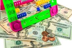 Bunter Abakus und amerikanische Dollar auf weißem Hintergrund Lizenzfreies Stockbild