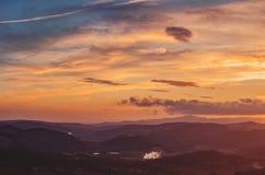 Bunter Abend über den toskanischen Hügeln stockfoto