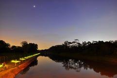 Bunter Abendhimmel über einem Fluss Stockfotos