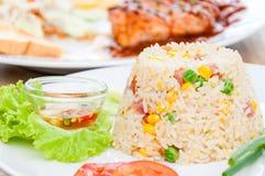 Bunter abgefeuerter Reis auf weißer Platte Stockfotografie