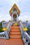 Bunter Altar bei Tiger Cave Temple, Krabi, Thailand lizenzfreie stockbilder
