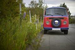 Bunter alter Packwagen und Anlagen. Island. Reykjavic. lizenzfreie stockbilder