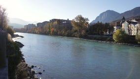Bunter Autumn Afternoon durch den Flussufer stock video