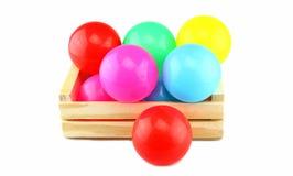 Bunter Ball in der Holzkiste Lizenzfreies Stockfoto