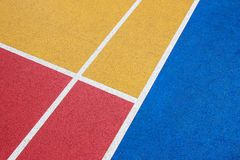 Bunter Basketballplatz, Rot, Gelb und Blau mit weißer Linie lizenzfreie stockfotografie