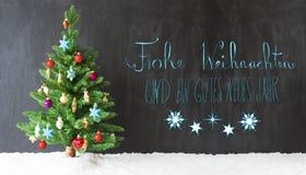 Bunter Baum, Schnee, Kalligraphie Gutes Neues bedeutet guten Rutsch ins Neue Jahr Lizenzfreie Stockfotografie