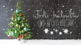 Bunter Baum, Schnee, Kalligraphie Gutes Neues bedeutet guten Rutsch ins Neue Jahr, Schneeflocken Lizenzfreie Stockfotos