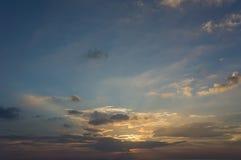 Bunter bewölkter Himmel nach Sonnenuntergang, Hintergrund Lizenzfreies Stockbild
