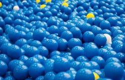 Bunter blauer Plastikball im Abschluss herauf Hintergrund Stockbild