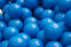 Bunter blauer Plastikball im Abschluss herauf Hintergrund Stockfotografie