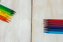 Bunter Bleistift auf der weißen Tabelle Lizenzfreie Stockbilder