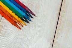 Bunter Bleistift auf der weißen Tabelle Lizenzfreies Stockfoto