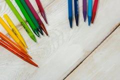 Bunter Bleistift auf der weißen Tabelle Lizenzfreie Stockfotos
