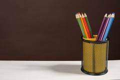 Bunter Bleistiftstand in einem Schreibenglas Lizenzfreie Stockfotografie