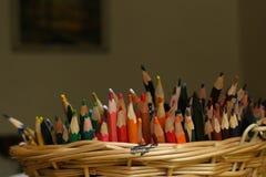 Bunter Bleistiftstapel im Korb Stockfotos