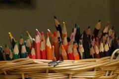 Bunter Bleistiftstapel im Korb Stockfoto