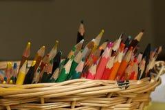 Bunter Bleistiftstapel im Korb Lizenzfreie Stockfotografie
