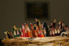 Bunter Bleistiftstapel im Korb Lizenzfreies Stockfoto