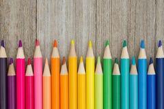 Bunter Bleistiftzeichenstift-Bildungshintergrund Stockbild