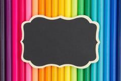 Bunter Bleistiftzeichenstift-Bildungshintergrund mit einer Tafel Lizenzfreies Stockfoto
