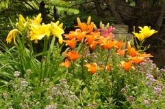 Bunter Blumen-Garten mit Budha-Statue Lizenzfreie Stockfotografie