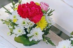 Bunter Blumenblumenstrauß auf weißer Tabelle lizenzfreie stockfotos