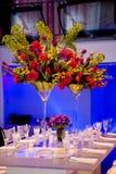 Bunter Blumenblumenstrauß und -tabelle Stockfoto