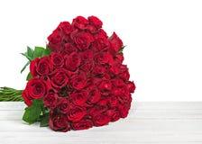 Bunter Blumenblumenstrauß von den roten Rosen lokalisiert auf hölzernem backgr Stockfotografie