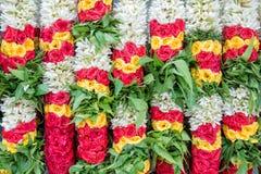 Bunter Blumengirlandenhintergrund Stockfoto