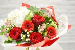 bunter Blumenhochzeitsblumenstrauß lokalisiert auf weißem Hintergrund lizenzfreie stockfotos
