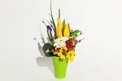 Bunter Blumenstrauß auf einem Weiß Lizenzfreies Stockfoto