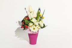 Bunter Blumenstrauß auf einem Weiß Lizenzfreie Stockfotografie
