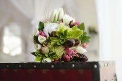 Bunter Blumenstrauß der schönen Hochzeit für Braut Stockfotografie