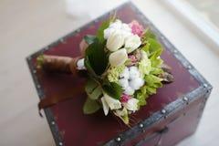 Bunter Blumenstrauß der schönen Hochzeit für Braut Stockfotos