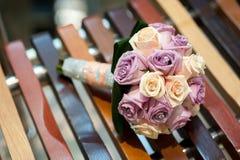 Bunter Brautblumenstrauß stockfotos