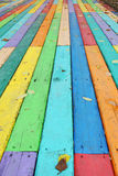 Bunter Bretterboden-Hintergrund mit Autumn Leaves Im Allgemeinen stellen Regenbogenfarben Verschiedenartigkeit und Annahme dar Stockfoto