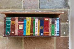 Bunter Briefkasten im Bücherregalmuster Stockfotos