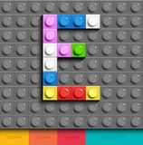Bunter Buchstabe E von Gebäude lego Ziegelsteinen auf grauem lego Hintergrund Lego-Buchstabe M lizenzfreie abbildung
