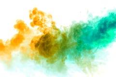 Bunter Dampf ausgeatmet vom vape mit einem fließenden Übergang von Farbmolekülen von Gelb zu Blau auf einem weißen Hintergrund wi lizenzfreie stockfotografie