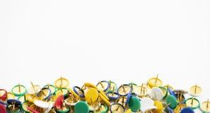 Bunter Daumenreißnagel auf dem weißen Hintergrund Lizenzfreies Stockfoto